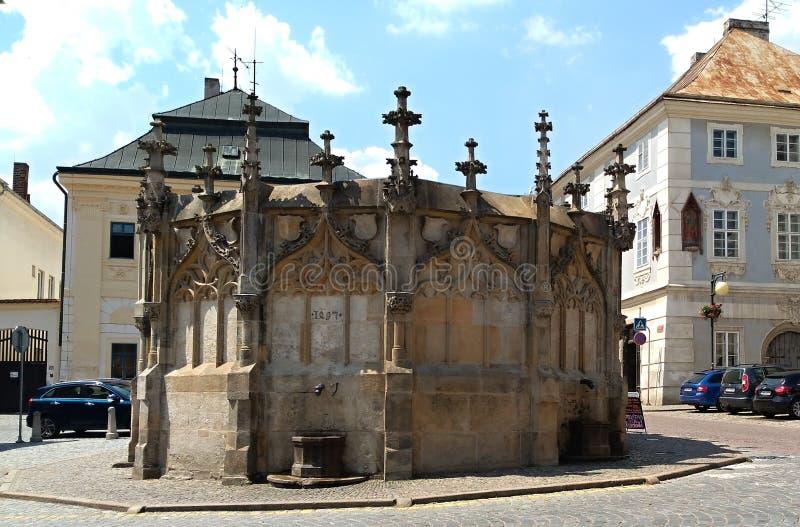 A fonte de pedra gótico no quadrado de Rejsek imagem de stock