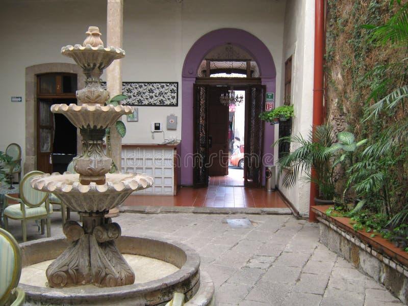 Fonte de pedreira, no pátio de uma casa no centro da cidade Morelia, Michoacan, México fotografia de stock