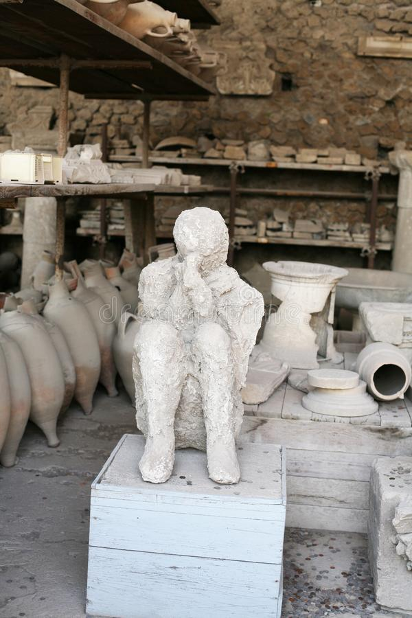 Fonte de plâtre d'enfant de mort aux ruines de Pompeii Italie dans un des temples photo libre de droits