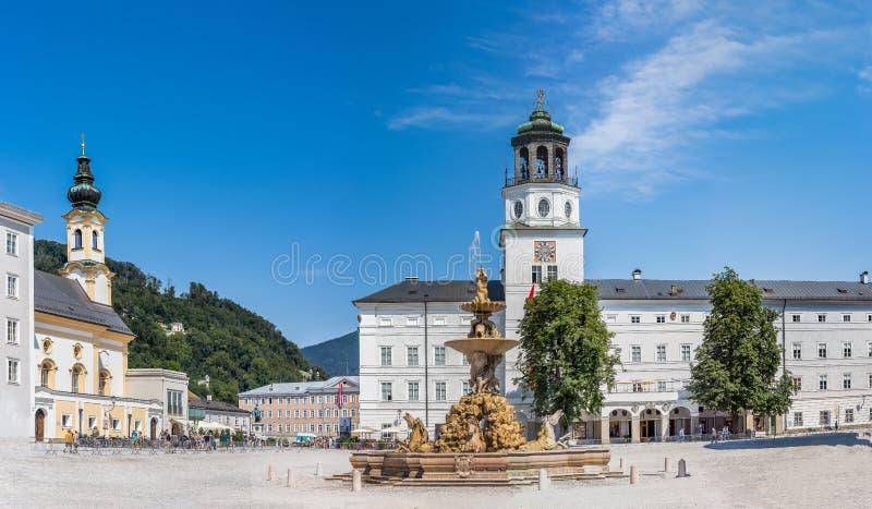 Fonte de Residenz e o palácio de Residenz em Residenzplatz em Salzburg, Áustria fotografia de stock royalty free