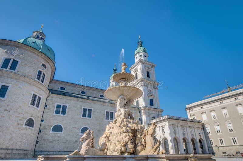 Fonte de Residenzbrunnen em Salzburg, Áustria imagens de stock royalty free