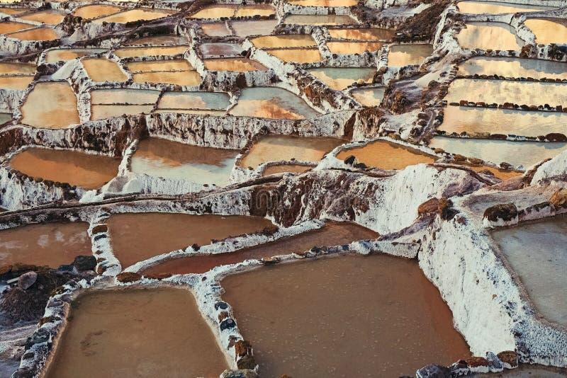 A fonte de Salinas de Maras é ficada situada ao longo das inclinações da montanha de Qaqawinay, em uma elevação de 3.380 m no val fotografia de stock