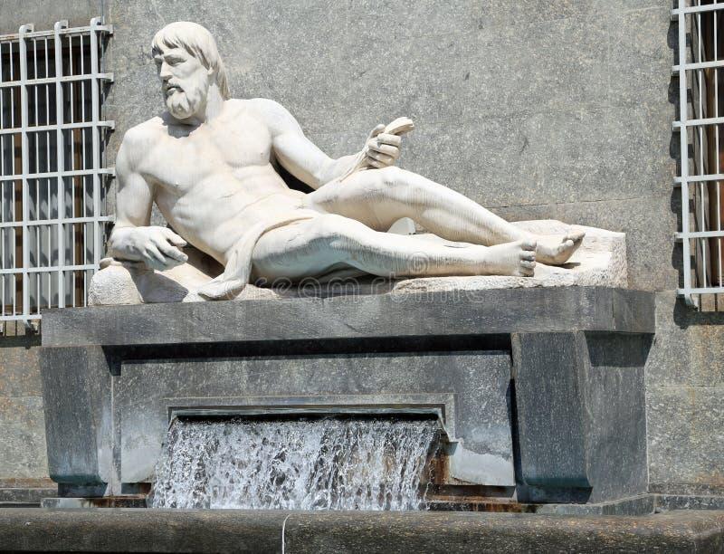 Fonte de Turin com estátua de um homem que representa o th do Po do rio imagem de stock