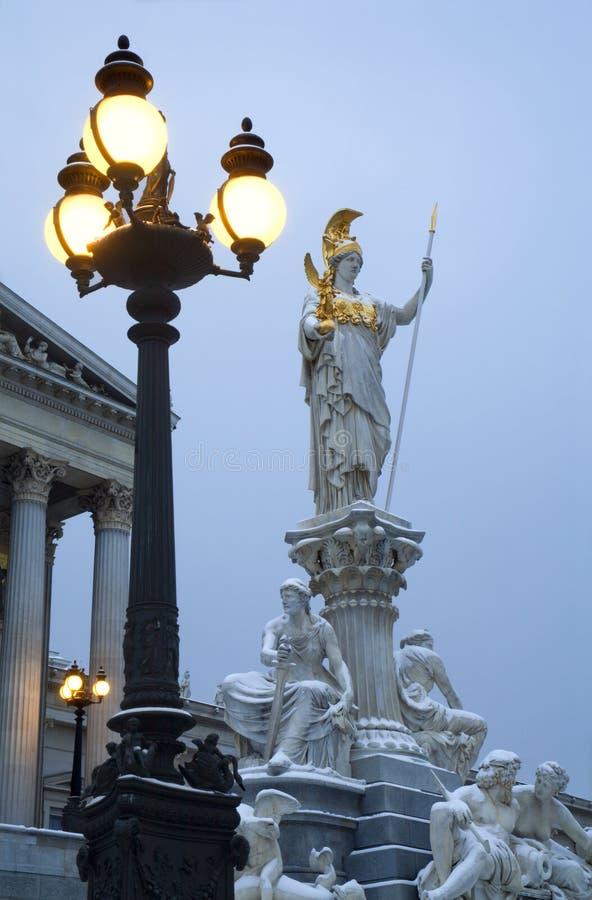 Fonte de Viena - de Athena no inverno fotos de stock royalty free