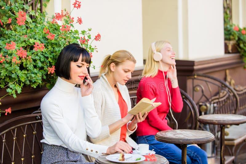 Fonte di informazioni Svago femminile Il fine settimana si rilassa e svago Interessi differenti Hobby e svago Gruppo abbastanza fotografia stock
