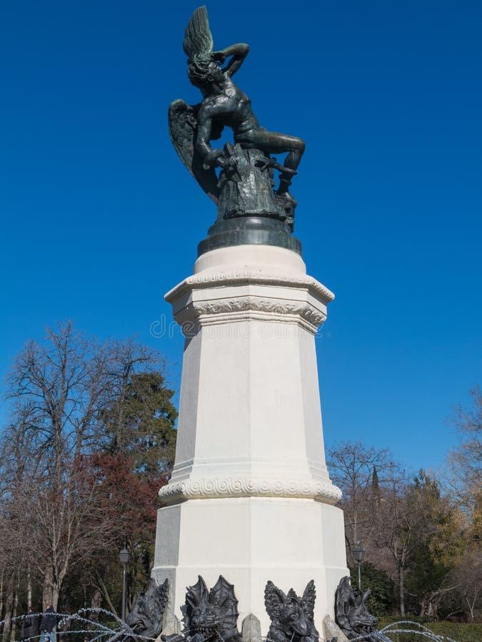 Fonte do anjo caído, destaque do parque de Buen Retiro Buen com referência a foto de stock
