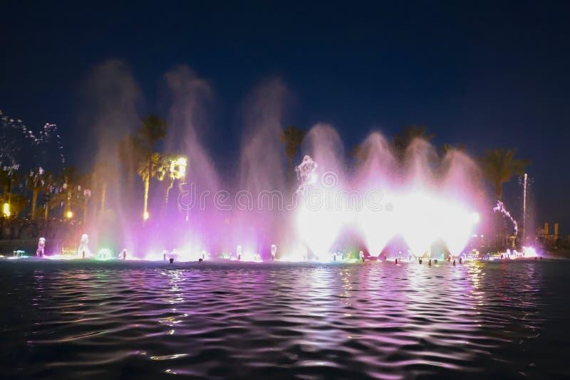 Fonte do canto, iluminada por uma luz colorida foto de stock royalty free