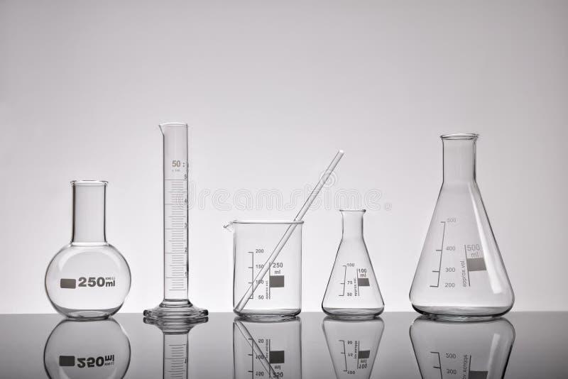 Fonte do cinza químico da opinião geral dos recipientes do laboratório vazio foto de stock royalty free