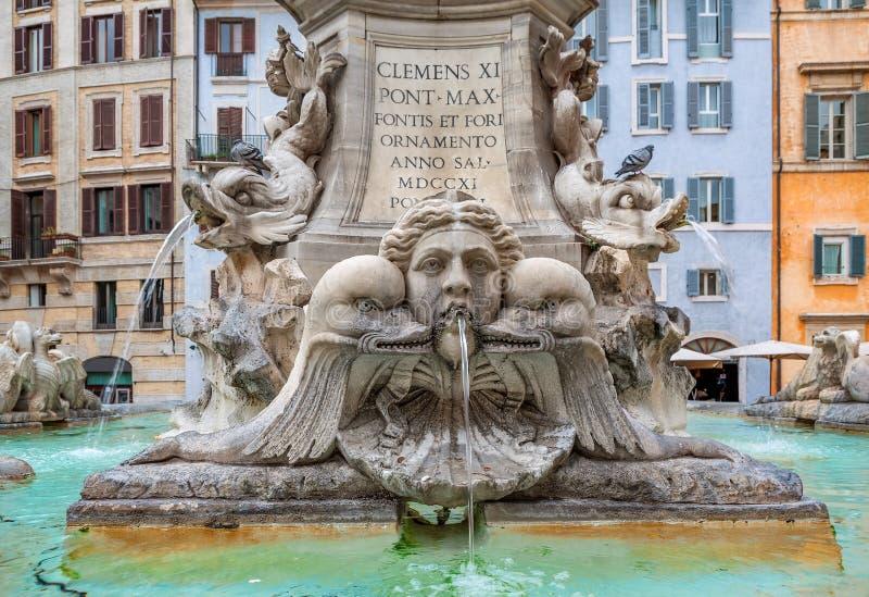 Fonte do panteão Indicadores velhos bonitos em Roma (Italy) imagens de stock royalty free