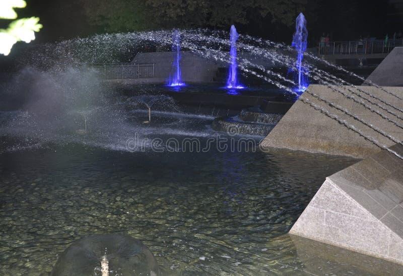A fonte do parque de Marno na noite da cidade Veliko Tarnovo em Bulgária foto de stock