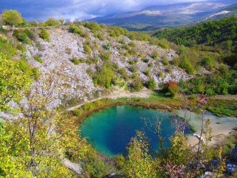 A fonte do rio de Cetina na Croácia, na natureza bonita, selvagem e na água clara cristal, caverna profunda de mais de 100 m fotografia de stock royalty free