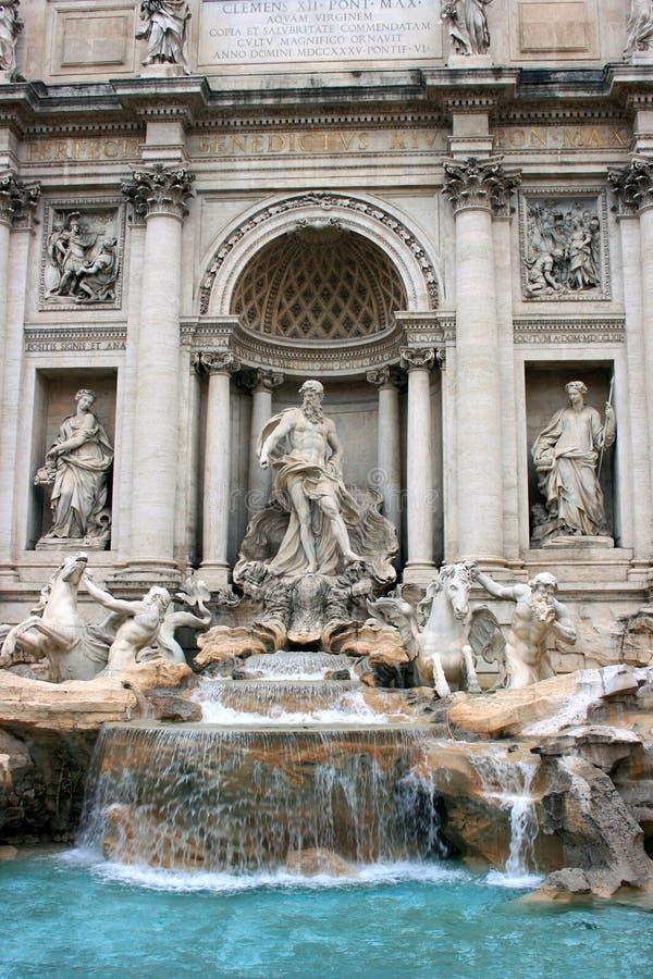 Fonte do Trevi com grupo da estátua em Roma foto de stock royalty free