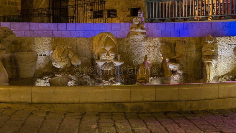 A fonte do zodíaco assina dentro Jaffa velho na noite israel fotografia de stock royalty free