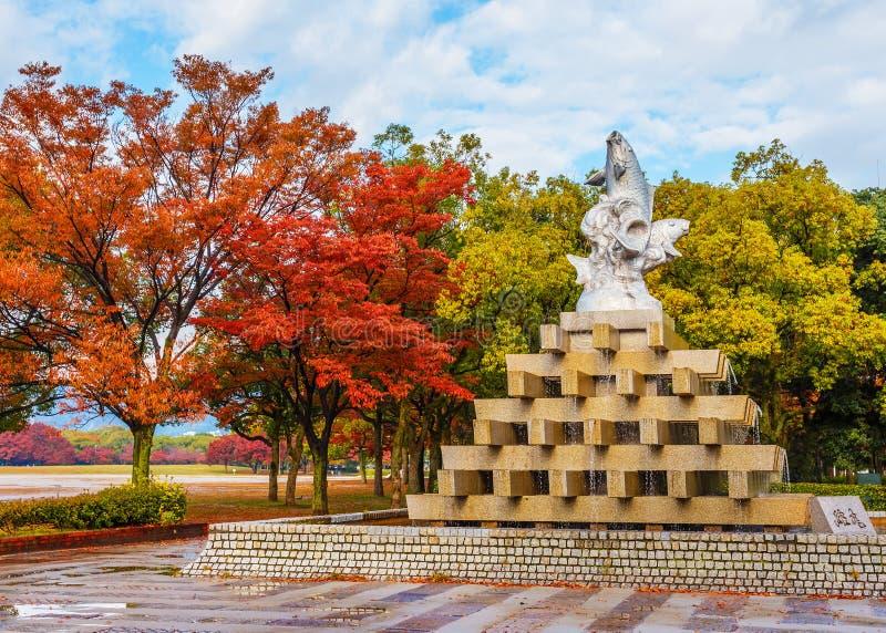 Fonte dos peixes em Hiroshima Central Park no outono imagem de stock royalty free