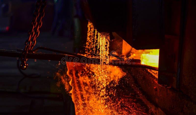 Fonte du métal dans une usine sidérurgique Haute température dans le four de fonte photos stock