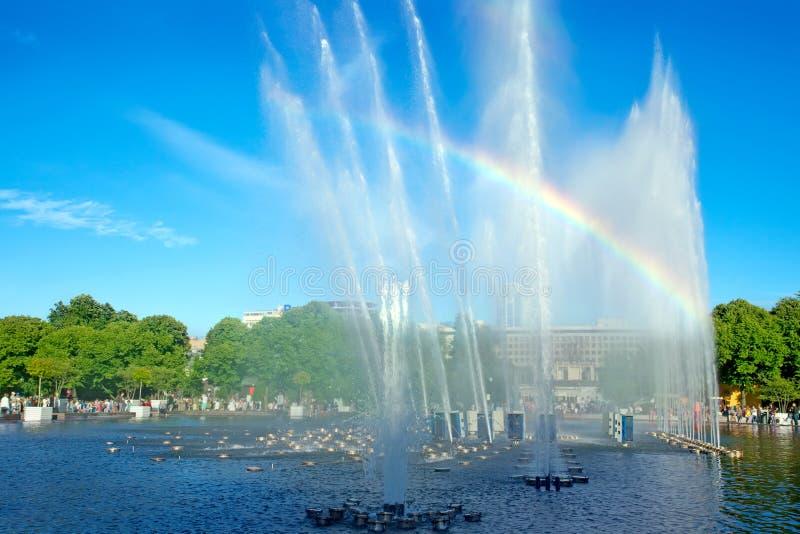 Fonte e arco-íris no parque de Gorky moscow Rússia fotos de stock royalty free