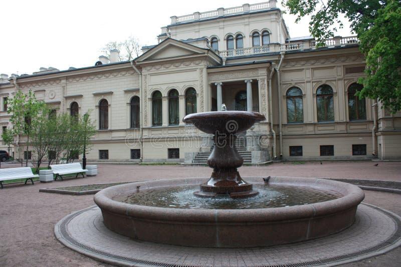 Fonte e casa da m?sica em Petersburgo fotos de stock royalty free