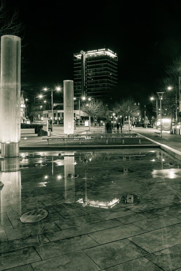 A fonte e Colston do centro de Bristol City elevam-se na noite imagem de stock