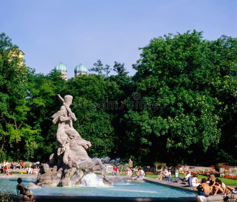 Fonte e escultura no parque, Munich fotografia de stock royalty free