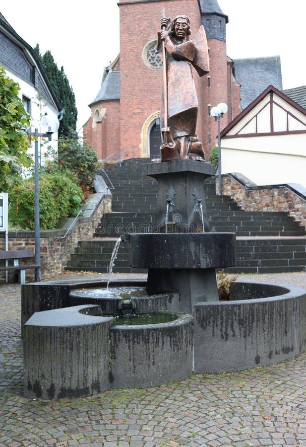 Fonte e estátua em Sohren, Alemanha imagens de stock royalty free
