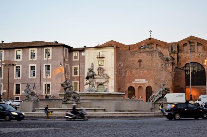 Fonte e igreja muito velha em Roma imagem de stock
