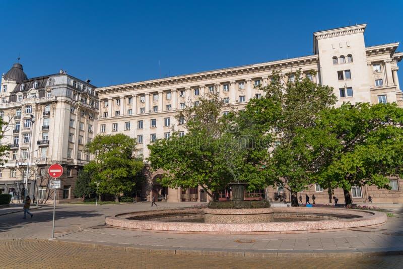 Fonte em Atanas Burov Square com Construção da presidência no fundo S?fia, Bulg?ria foto de stock