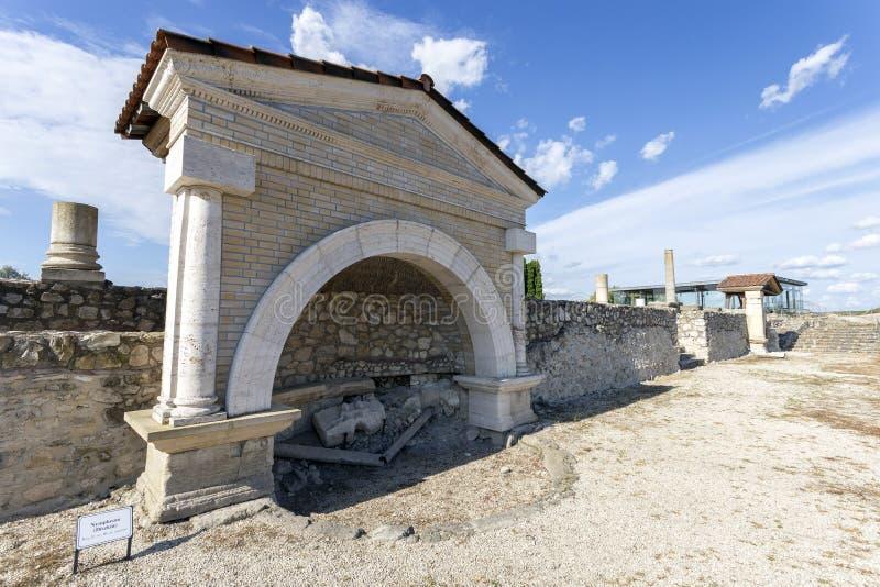 Fonte em Gorsium-Herculia, aldeia do Império Romano em Tac, Hungria fotos de stock