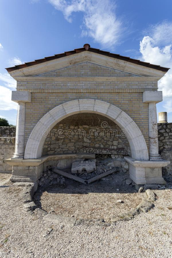 Fonte em Gorsium-Herculia, aldeia do Império Romano em Tac, Hungria foto de stock