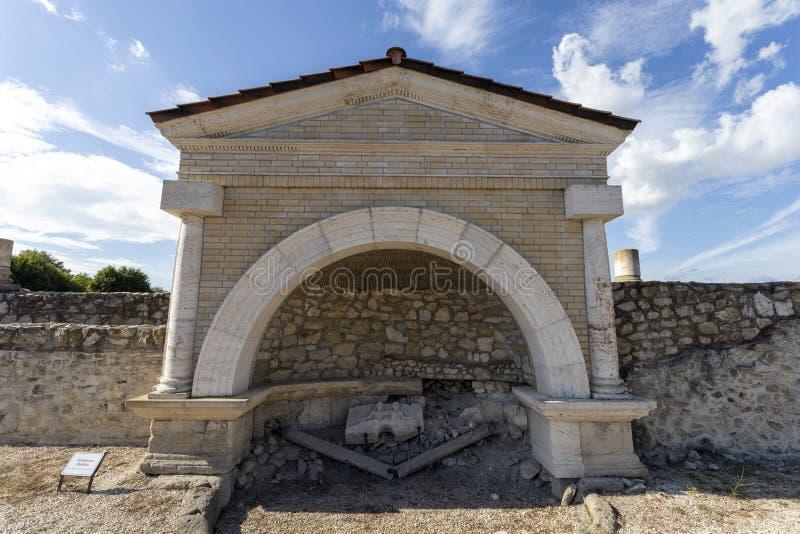 Fonte em Gorsium-Herculia, aldeia do Império Romano em Tac, Hungria fotografia de stock royalty free