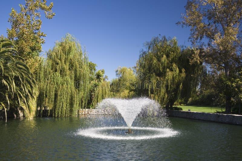 Fonte em uma lagoa do jardim imagens de stock