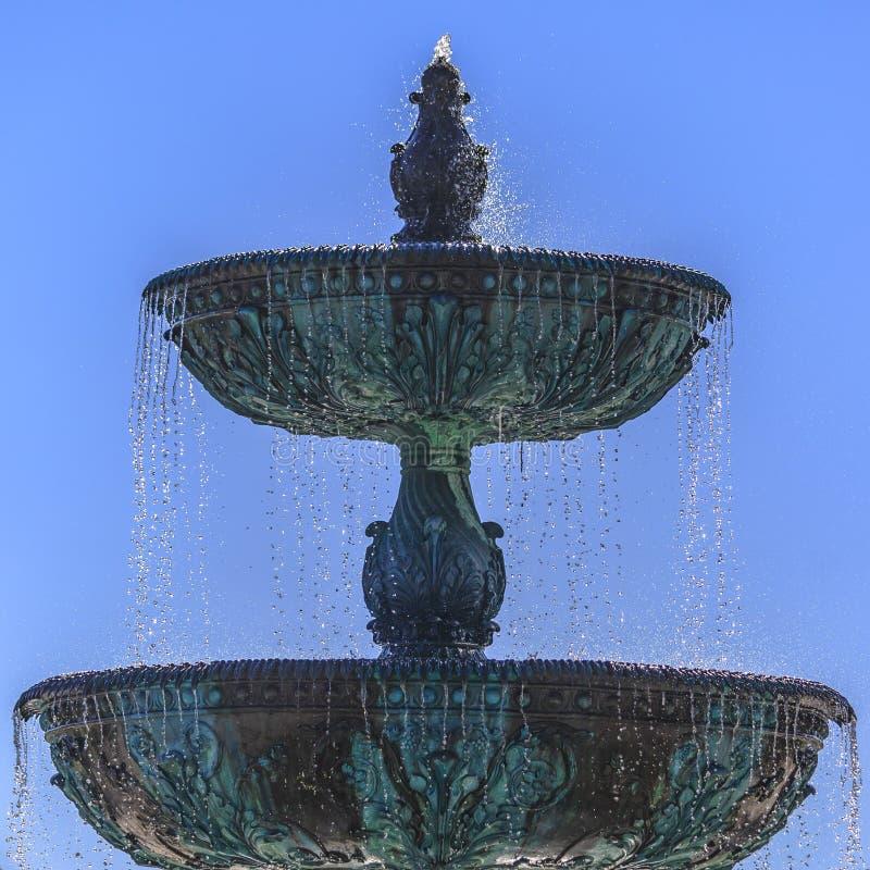 Fonte estratificado bonita com dia do céu azul tarde foto de stock royalty free