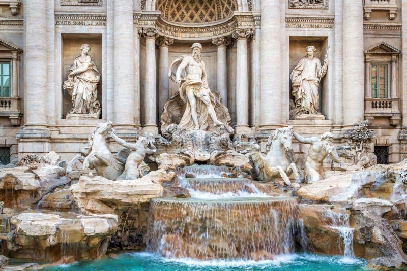 A fonte famosa do Trevi em Roma, executada no estilo barroco Elementos da fachada do palácio medieval fotografia de stock