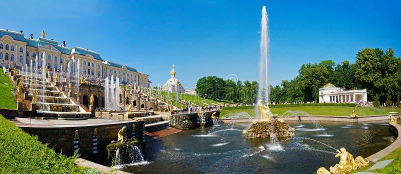 A fonte grande da cascata em Peterhof fotos de stock royalty free