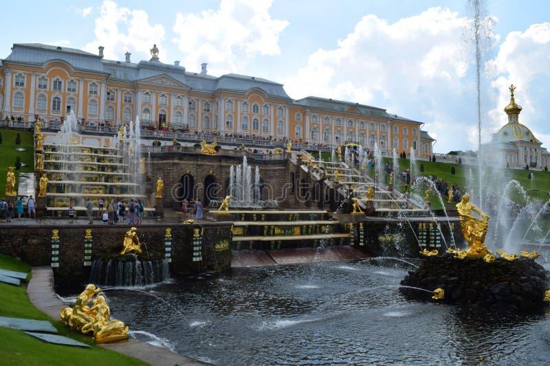 Fonte grande da cascata na frente do palácio grande em Petergof imagem de stock royalty free
