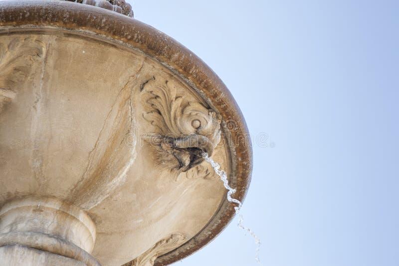 Fonte italiana com a fonte do bico e de água do estilo de SkyItalian do azul com peixes jorrando imagens de stock