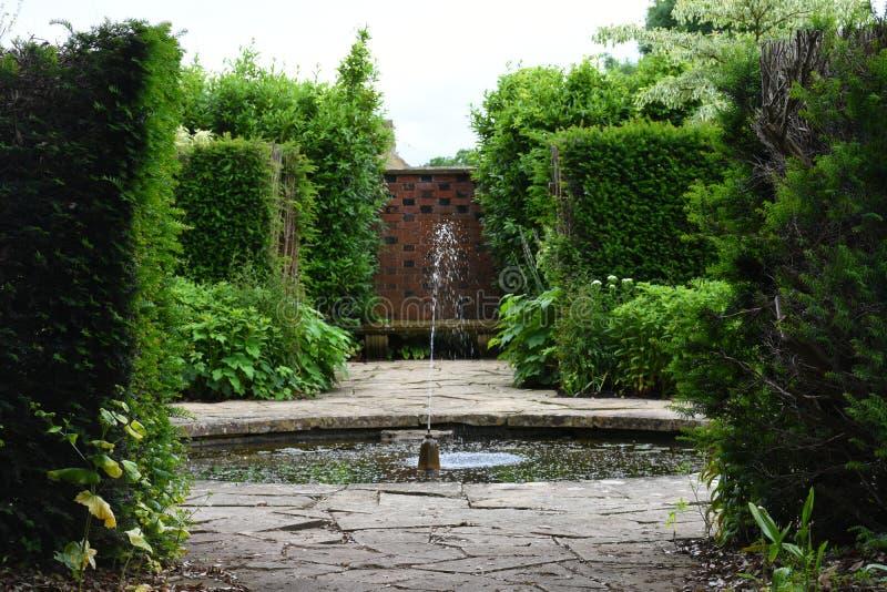 Fonte, jardim de Tintinhull, Somerset, Inglaterra, Reino Unido imagens de stock