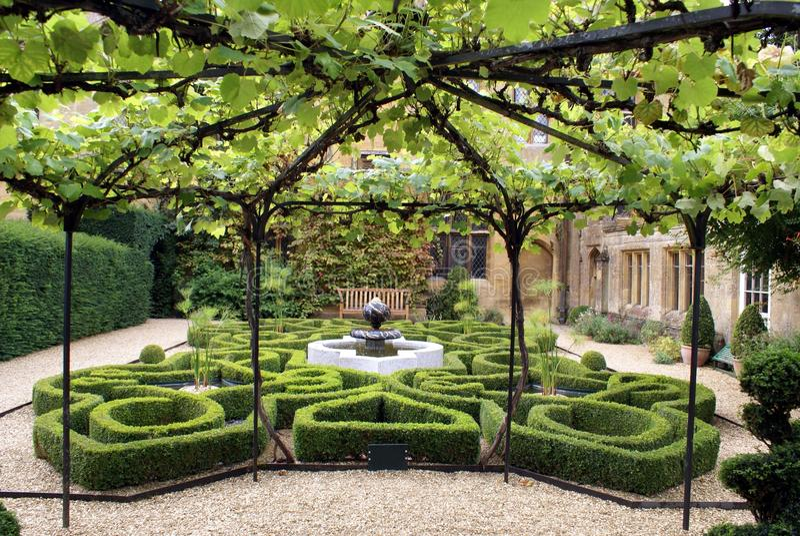 Fonte & jardim do castelo de Sudeley em Winchcombe, Inglaterra fotografia de stock