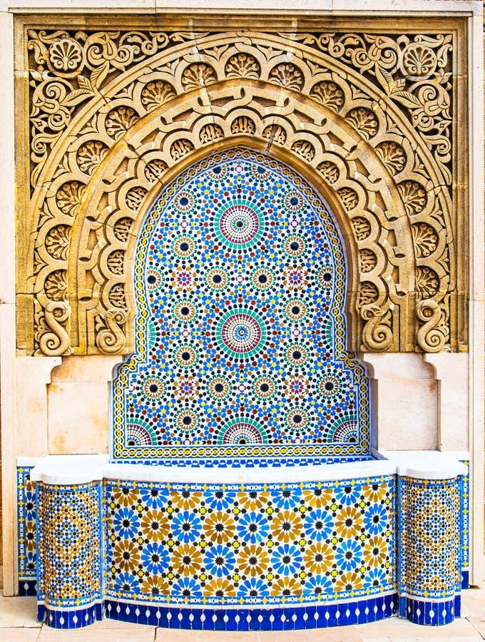 Fonte marroquina do estilo com as telhas de mosaico coloridas finas no mausol?u de Mohammed V em Rabat Marrocos fotografia de stock royalty free