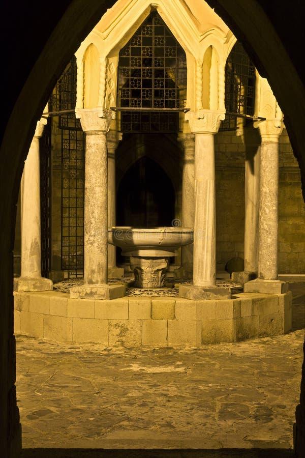 Fonte medieval velha em Greece fotos de stock