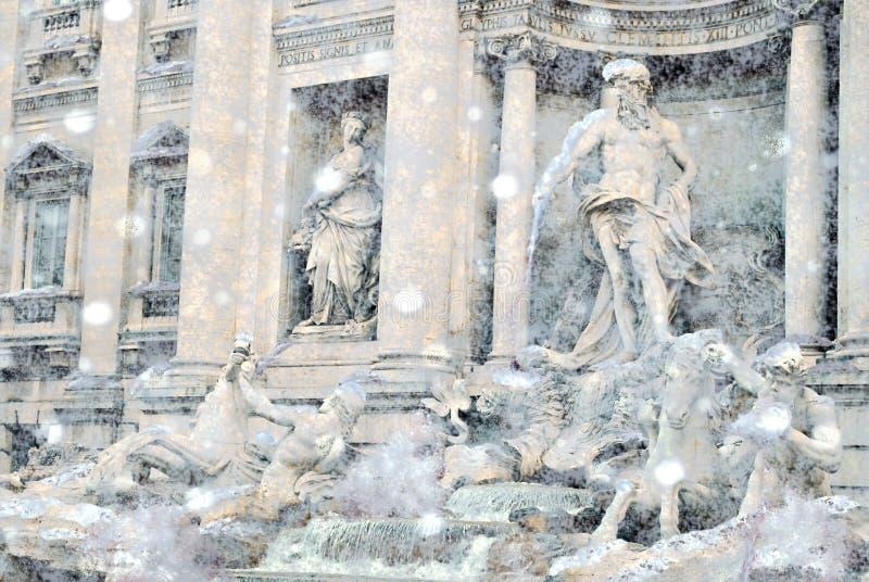 A fonte mundialmente famosa do Trevi em Roma durante um ciclone da neve foto de stock
