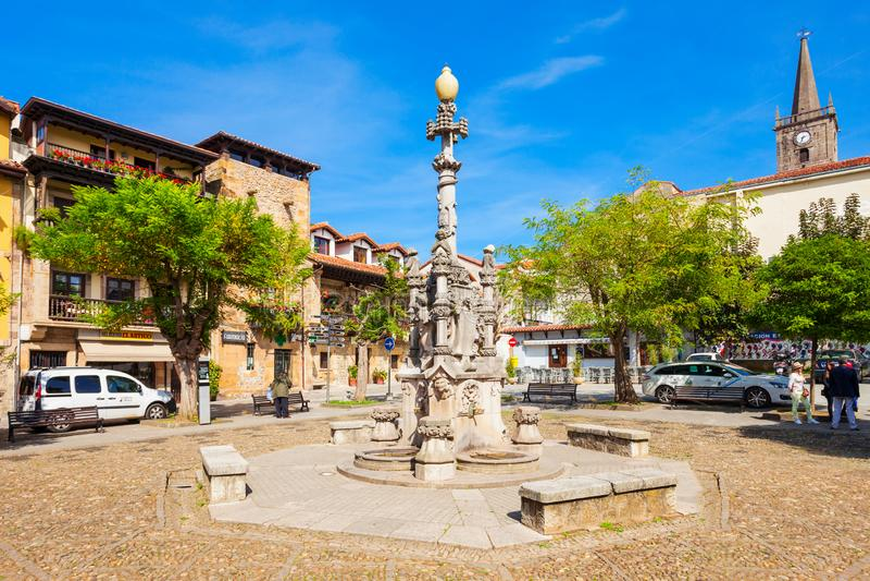 Fonte na cidade de Comillas, Espanha imagens de stock royalty free