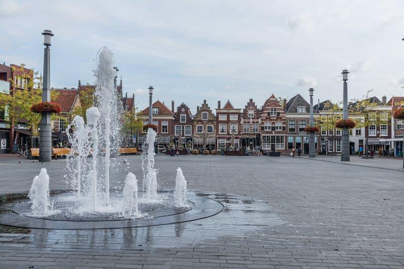 Fonte na cidade holandesa de Dordrecht no mercado com céu nublado e com muito espaço vazio e espaço negativo fotos de stock royalty free