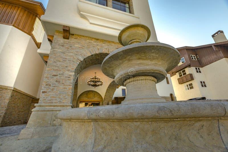 Fonte na entrada do hotel da margem fotos de stock