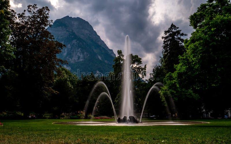 Fonte na frente do cenário grande da montanha no glarus, switzerland imagem de stock royalty free