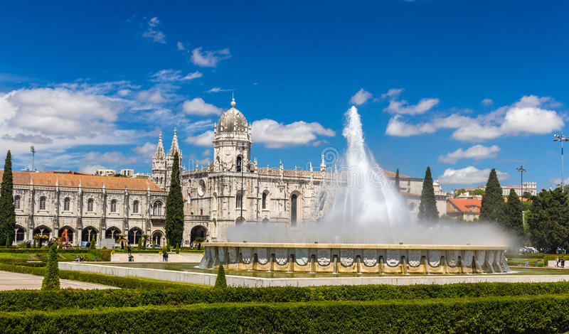 Fonte na frente do monastério de Jeronimos em Lisboa imagens de stock royalty free