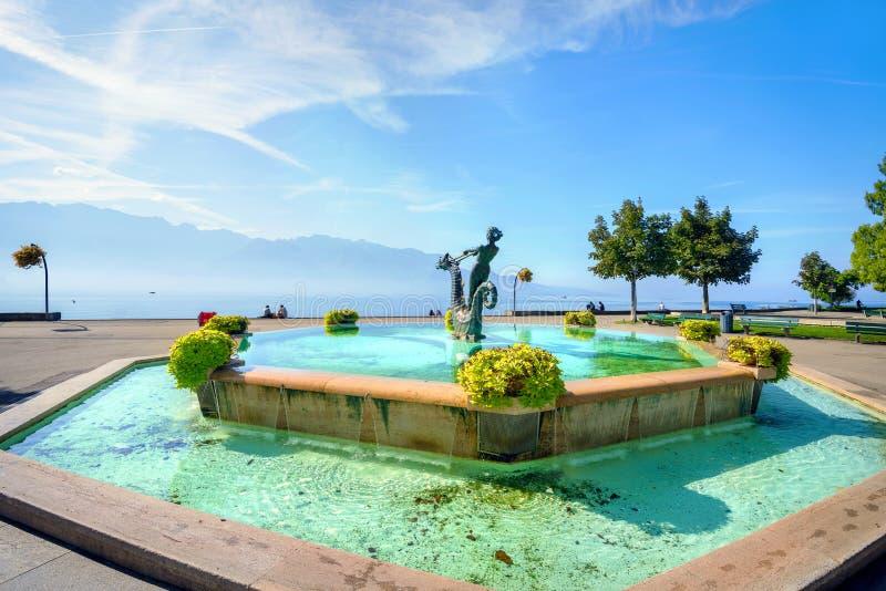 Fonte na margem na cidade de Vevey Lago Genebra, Switzerland imagem de stock