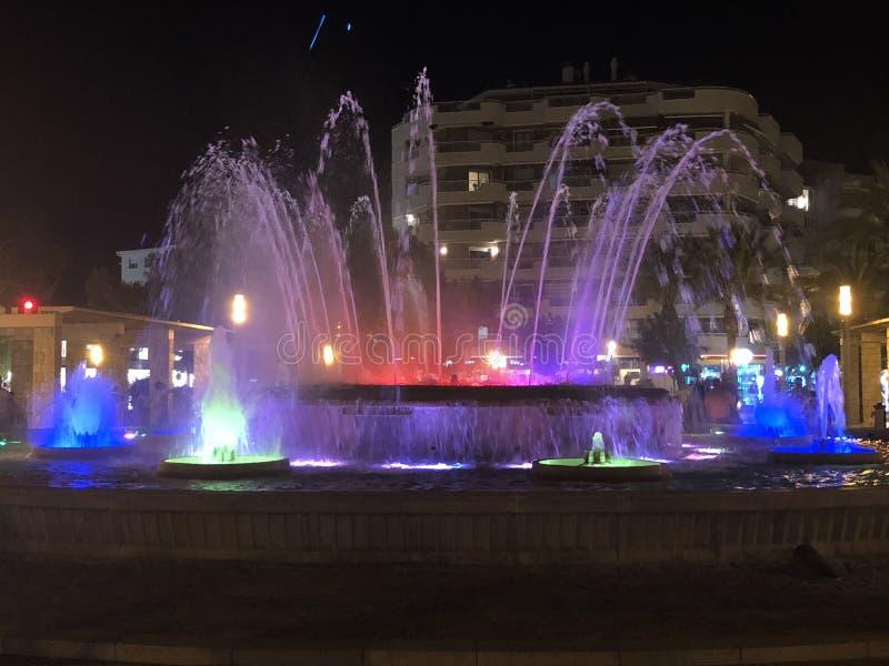 Fonte na noite iluminada com várias cores fotos de stock royalty free