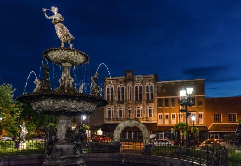 Fonte na praça da cidade do ` s de Boliches Green durante a hora azul imagens de stock royalty free
