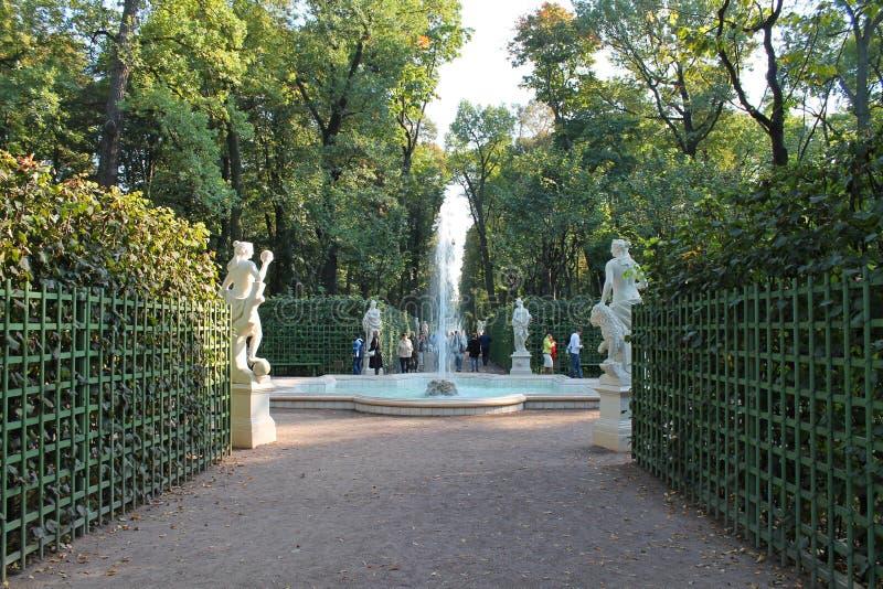A fonte na terceira plataforma do jardim do verão St Petersburg imagem de stock