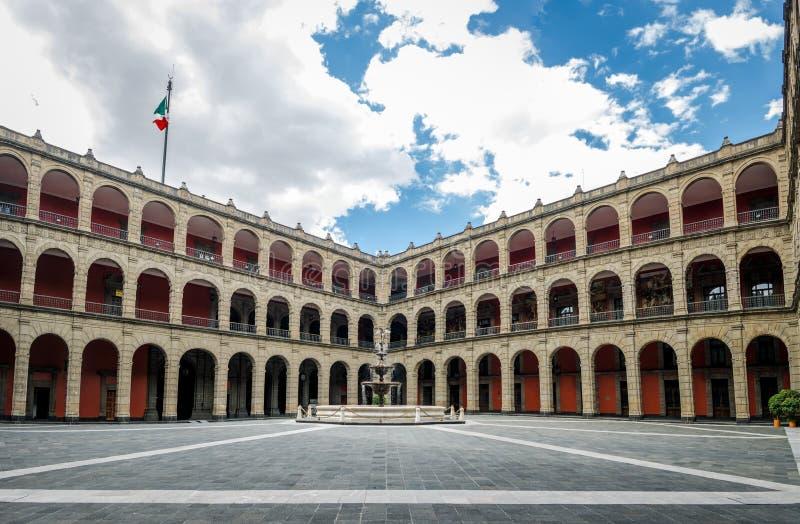 Fonte nacional do palácio de Palacio Nacional - Cidade do México, México fotos de stock royalty free